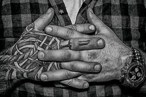 скрещены руки в тату
