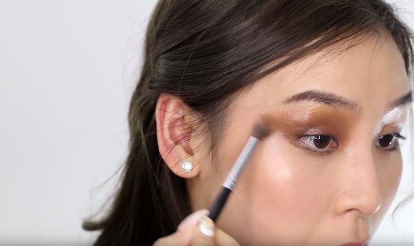 Была создана палитра для макияжа скрытая в телефоне
