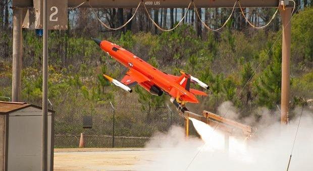 Старт летающего для BQM-167A, производимого компанией Кратос Фот. Ввс сша