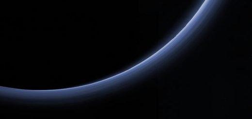 Снимок атмосферы Плутона выделенной на Солнце, сделанные зондом New Horizons фото НАСА