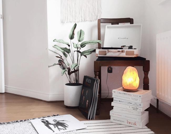 Поставьте в спальне солевую лампу